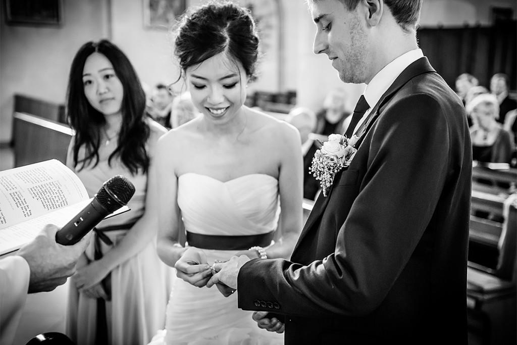 Hochzeitsfotografie Ringtausch kirchliche Trauung Niedersachsen Hochzeitsfotograf Berlin